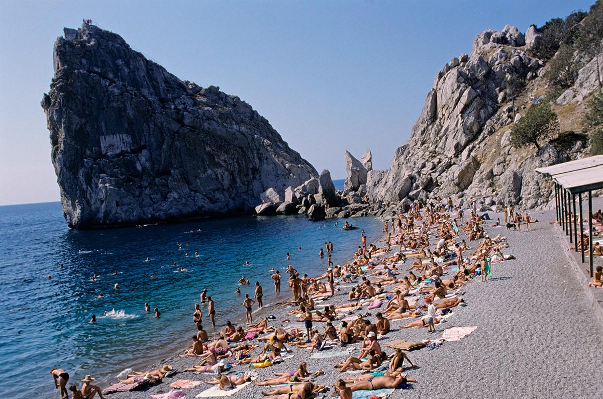 Поглед на литицу Дива и плажу летовалишта Симеиз на Криму.