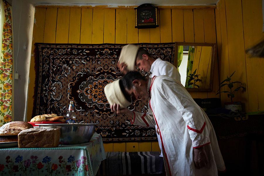 La première et la dernière partie de la cérémonie se déroulent au domicile familial des « initiateurs » des prières. Les karts (prêtres maris) portent des coiffes en feutre blanc épais. L'ensemble de la région de Sverdlovsk est desservi par trois karts seulement, dont l'un est dit « à la retraite ».