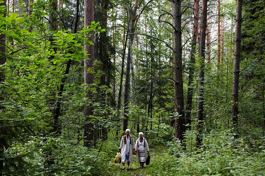 Les lieux où les Maris accomplissent leurs rituels sont appelés « bosquets sacrés » ou, dans certains cas, « montagnes sacrées » (les Maris se divisant en deux groupes ethniques, les Maris des prés et les Maris des montagnes), qui sont protégés par les forces de la nature.