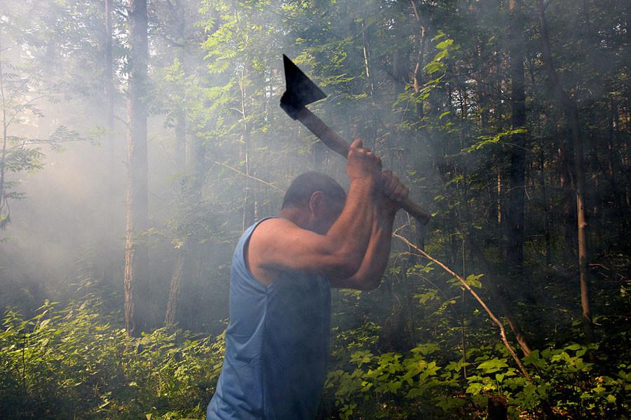 Avant de gravir une montagne sacrée, les Maris doivent se laver avec de l'eau d'une source sacrée et revêtir des vêtements propres. Dans ces zones forestières, il est interdit d'abattre des arbres vivants, de jurer, de crier, de jeter des déchets, d'y faire ses besoins ou de consommer de l'alcool.
