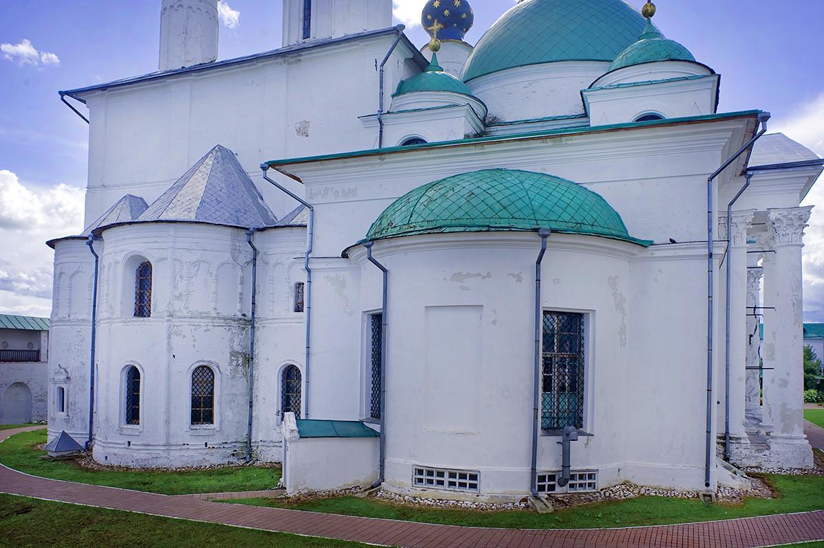 Église de Saint-Jacques. Vue vers l'est avec abside. À gauche : cathédrale de la Conception de Sainte-Anne. Photographie : William Brumfield. 7 juillet 2019