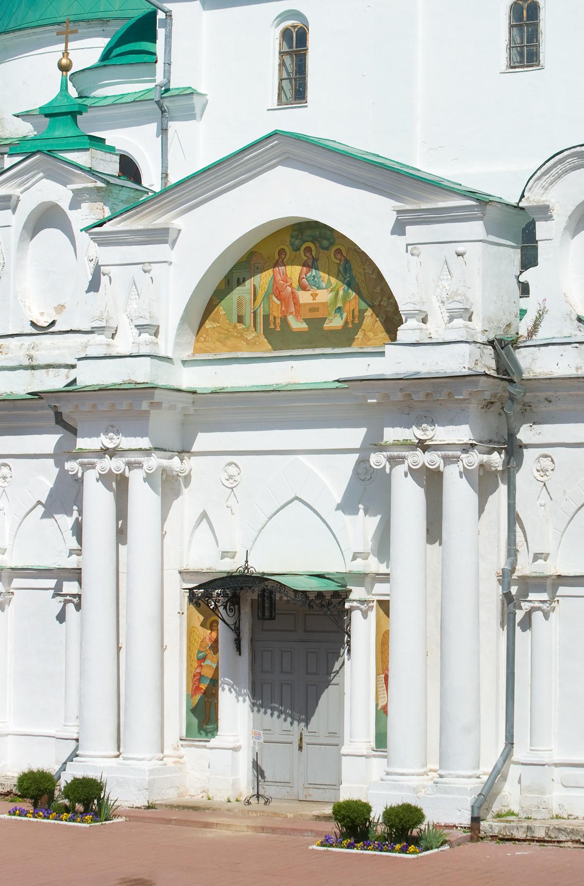 Cathédrale de la conception de Sainte-Anne. Vue vers l'ouest avec entrée principale. Peinture de la Trinité de l'Ancien Testament sur le tympan du fronton du narthex. Photographie: William Brumfield. 7 juillet 2019