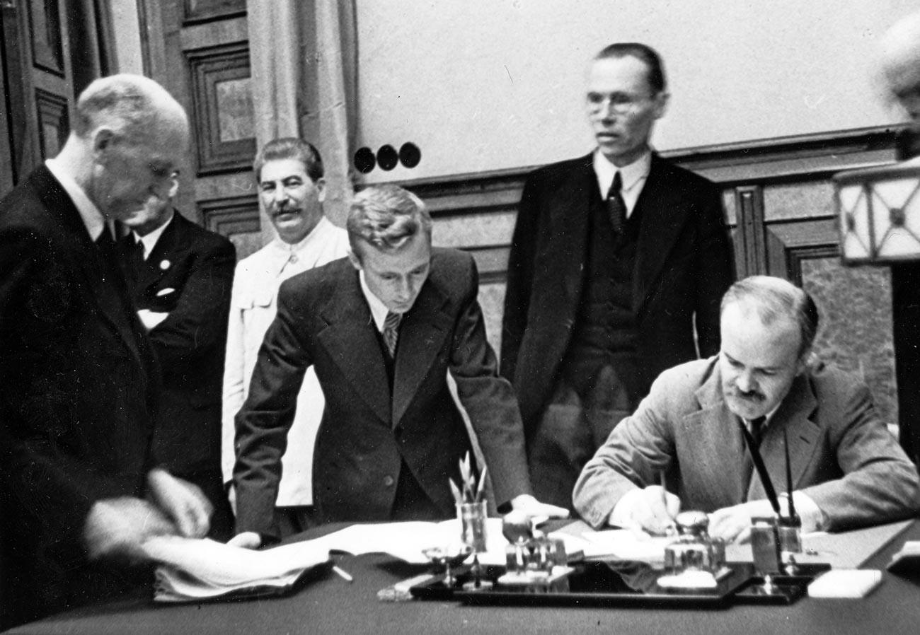 独ソ不可侵条約の調印、1939年8月23日、モスクワにて