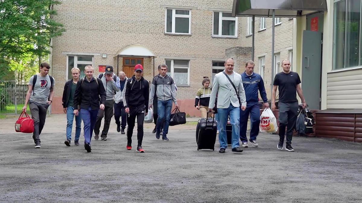 Prostovoljci, ki so sodelovali pri testiranju cepiva za COVID-19, zapuščajo osrednjo vojaško bolnišnico N. N. Burdenka pri Moskvi.