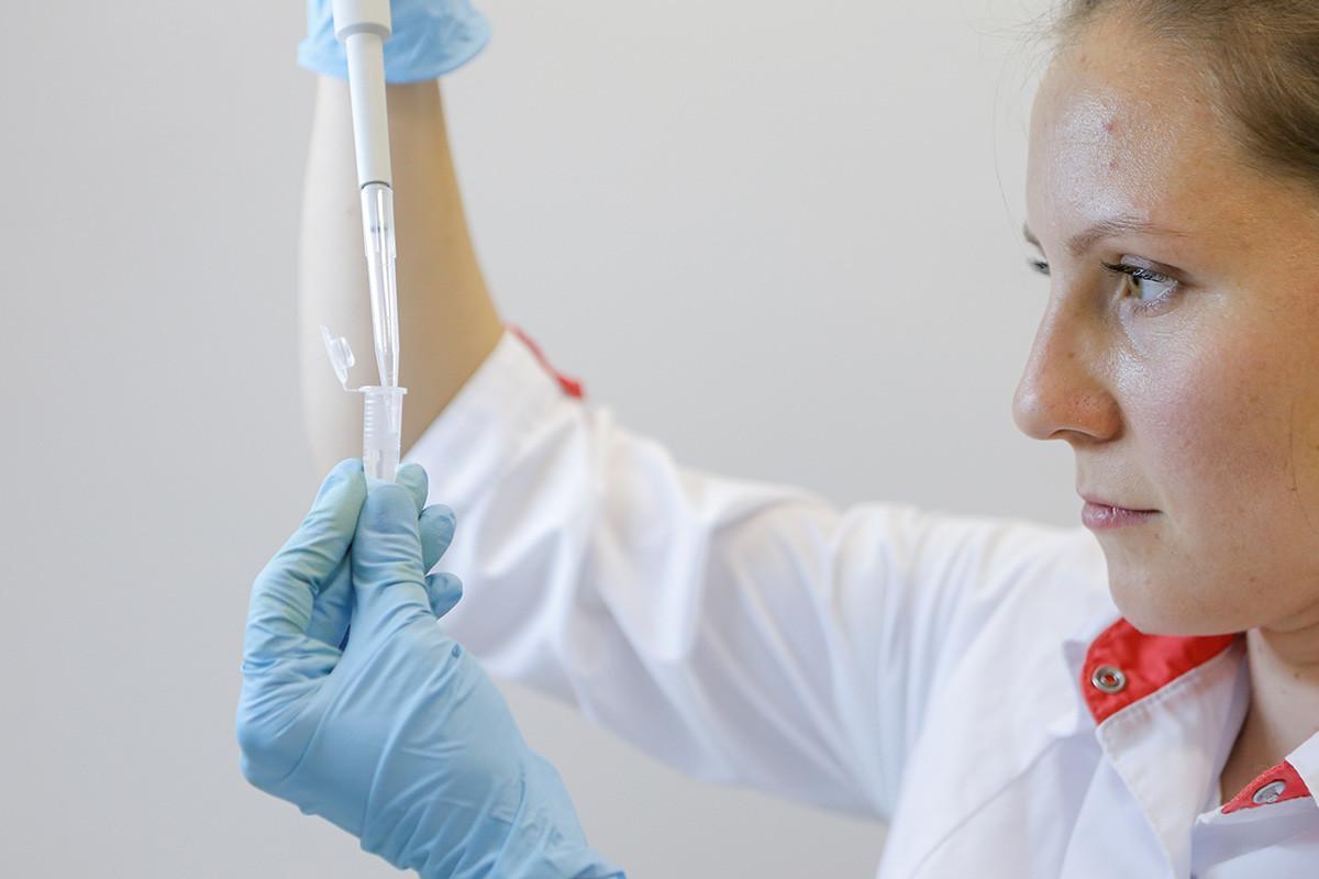 Cientista do Instituto Gamaleya  durante testes de laboratório