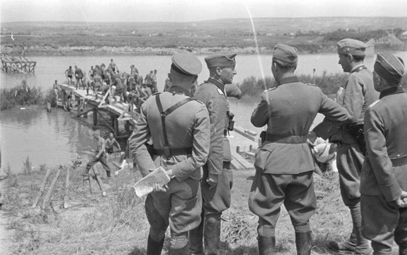 Румынско-германские войска 22 июня 1941 года на реке Прут.