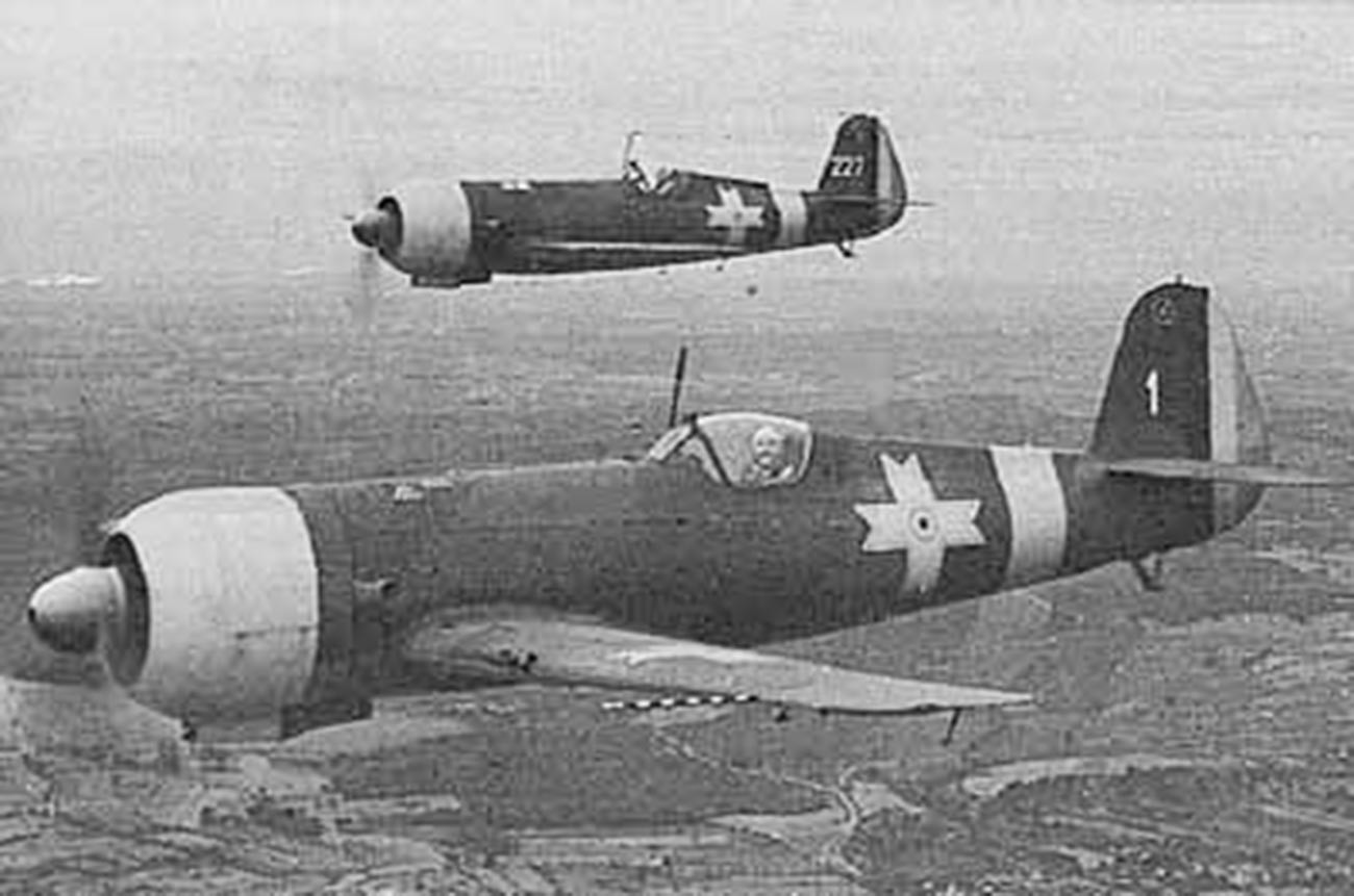 Румынские IAR 80 на боевом вылете.