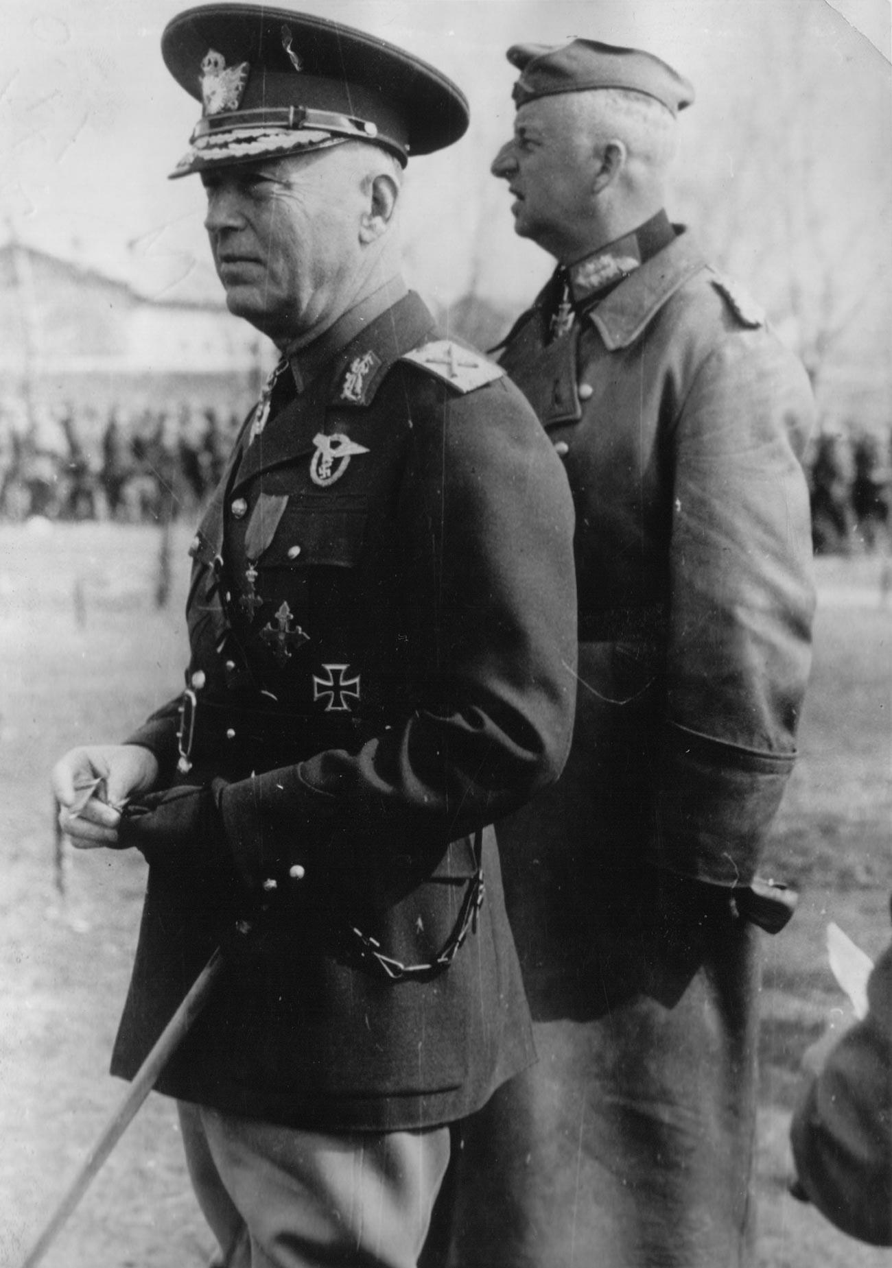 Маршал И. Антонеску и генерал Э. фон Манштейн инспектируют румынские части в Крыму, май 1942.