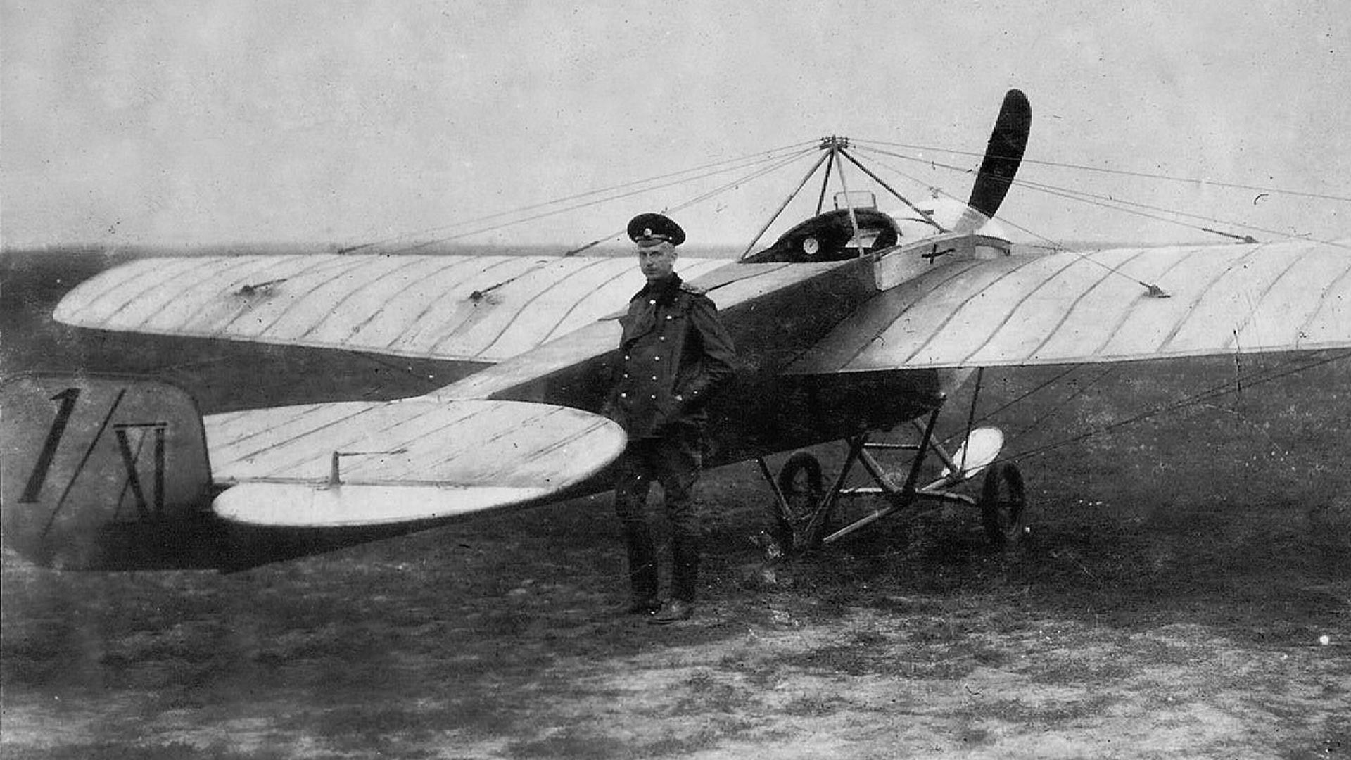 """Pjotr Nesterov e il Nieuport IV.G con cui per primo nella storia dell'aeronautica fece il """"giro della morte"""" nel 1913"""