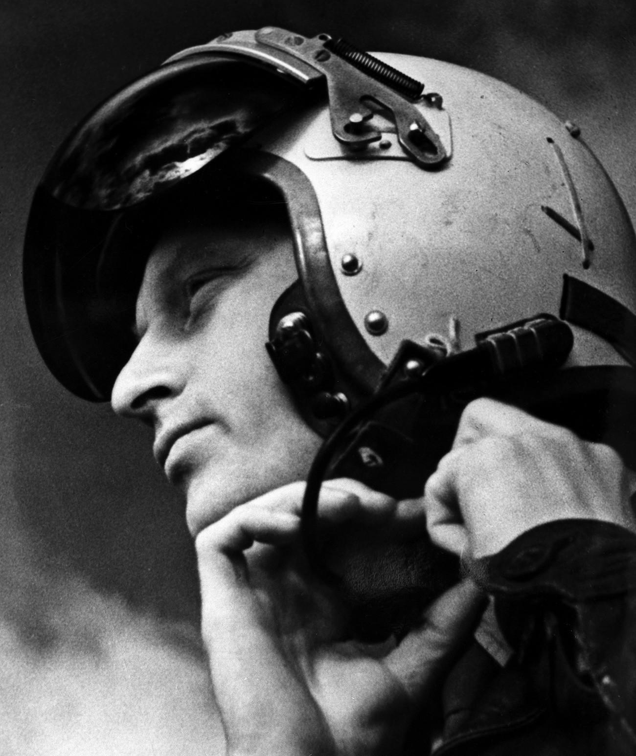 Putra perancang pesawat legendaris Soviet dan pilot penguji Vladimir Ilyushin.