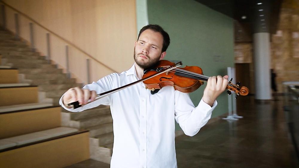Michael Schaffarczyk igra na violino v Simfoničnemu orkestru Mariinskega gledališča