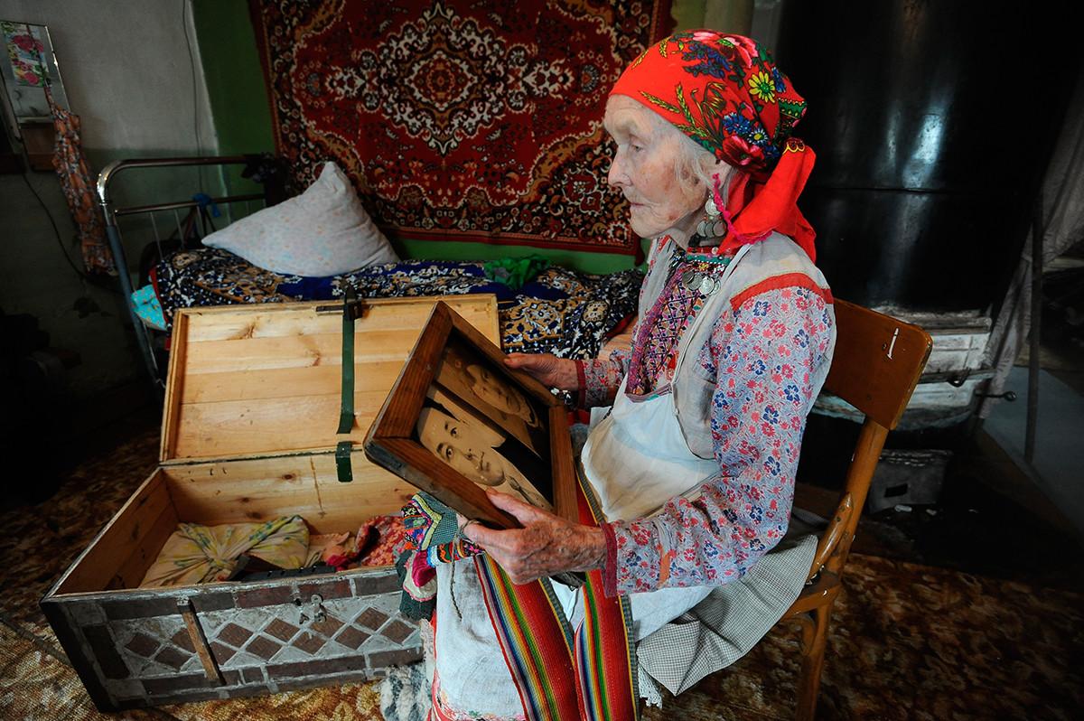 Vieille femme et sa dot au village de Malaïa Tavra, dans la région de Sverdlovsk, peuplé par des représentants du peuples des Maris