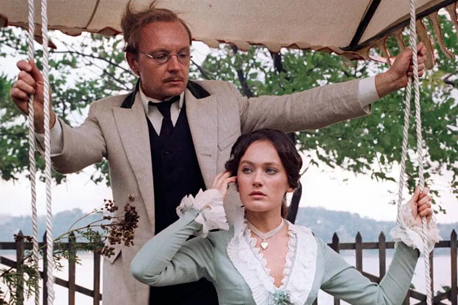 """Una scena del film """"Zhestokij romans"""" (traducibile come """"Romanza crudele""""), basato sul dramma di Aleksandr Ostrovskij """"Bespridannitsa"""" (""""Senza dote"""")"""