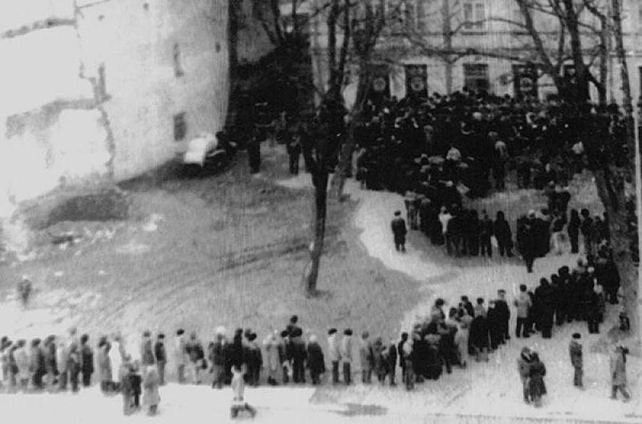 Ljudje v čakalni vrsti za vodko, Kaliningrad, ZSSR, 1986
