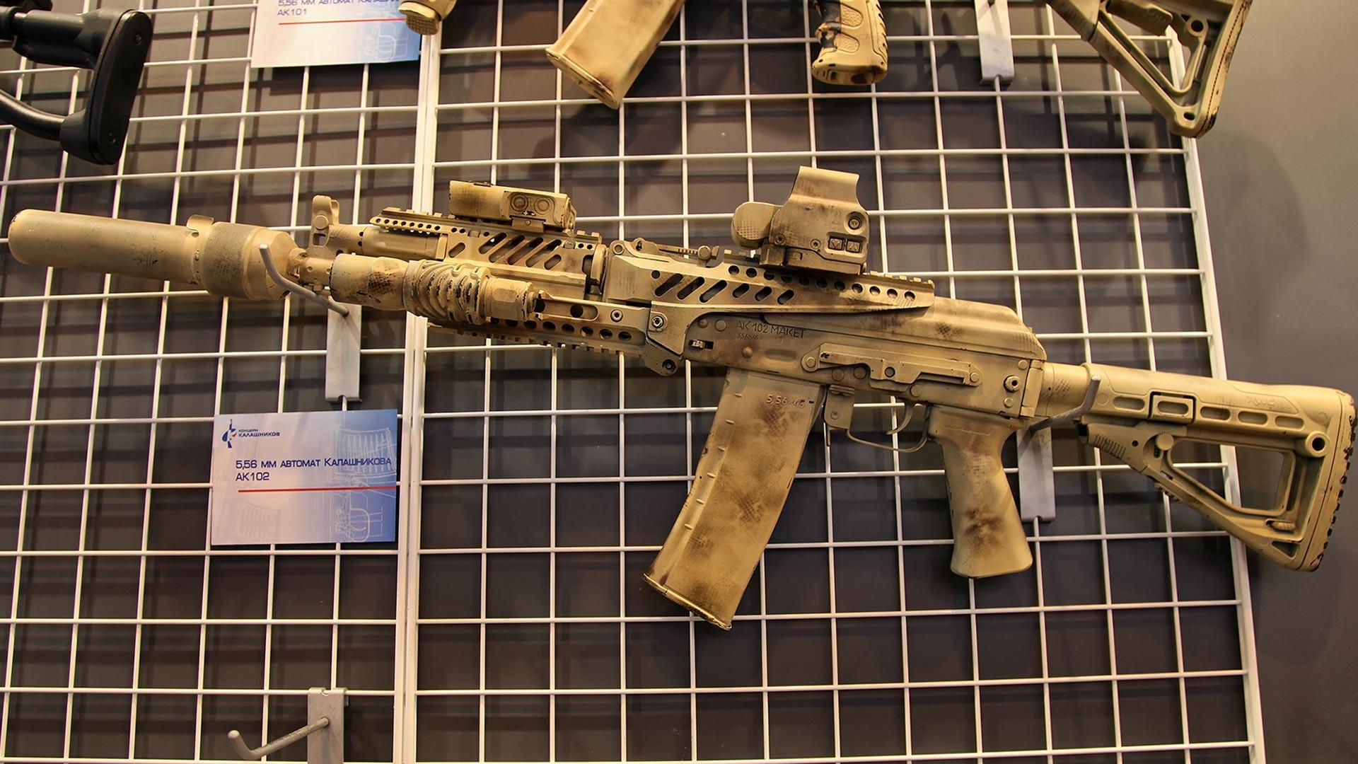 АК-102 у пустињској шеми боја