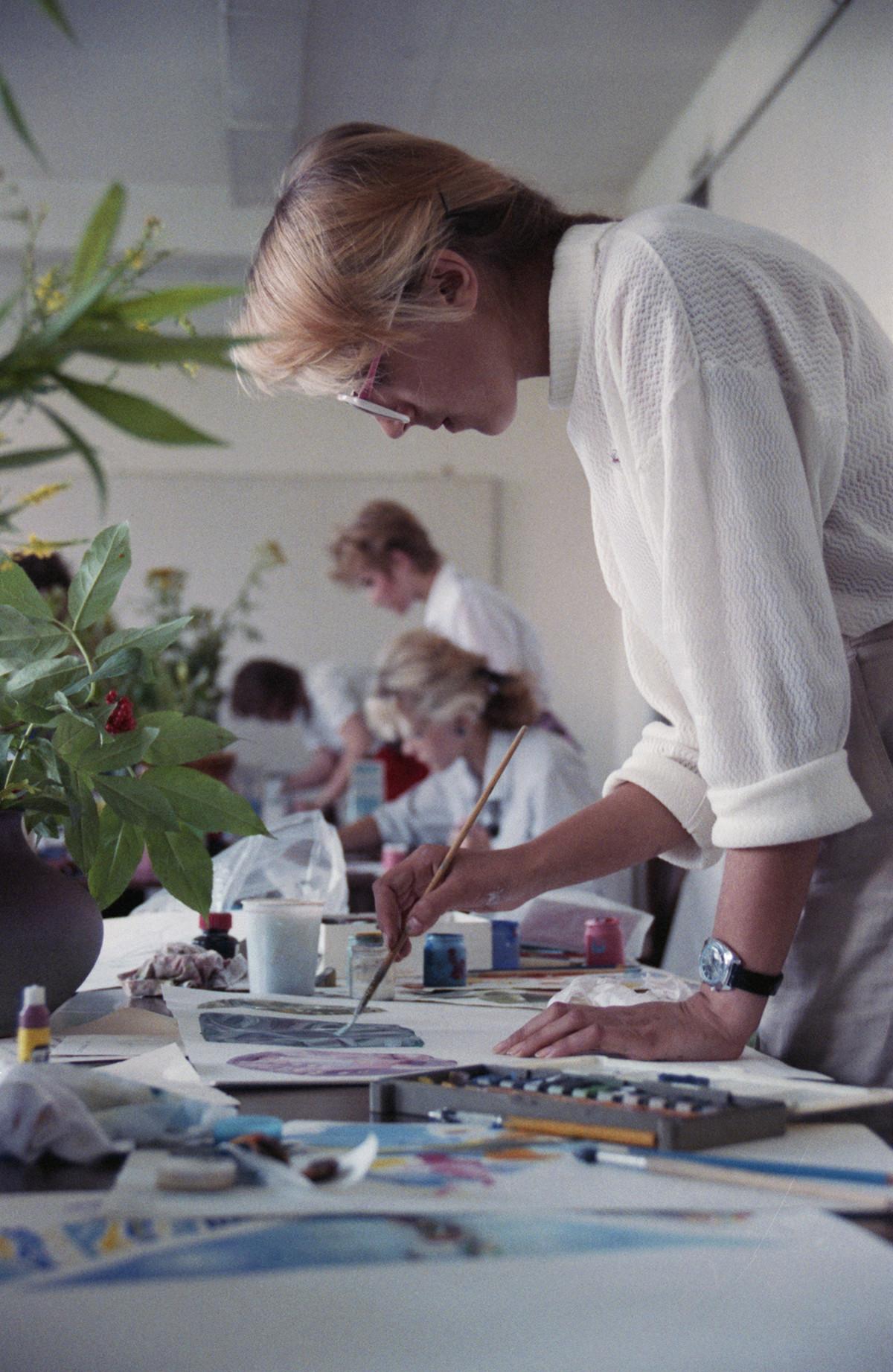 Seorang calon mahasiswa mengikuti ujian masuk ke Institut Tekstil Moskow A. N. Kosygin, 1988.