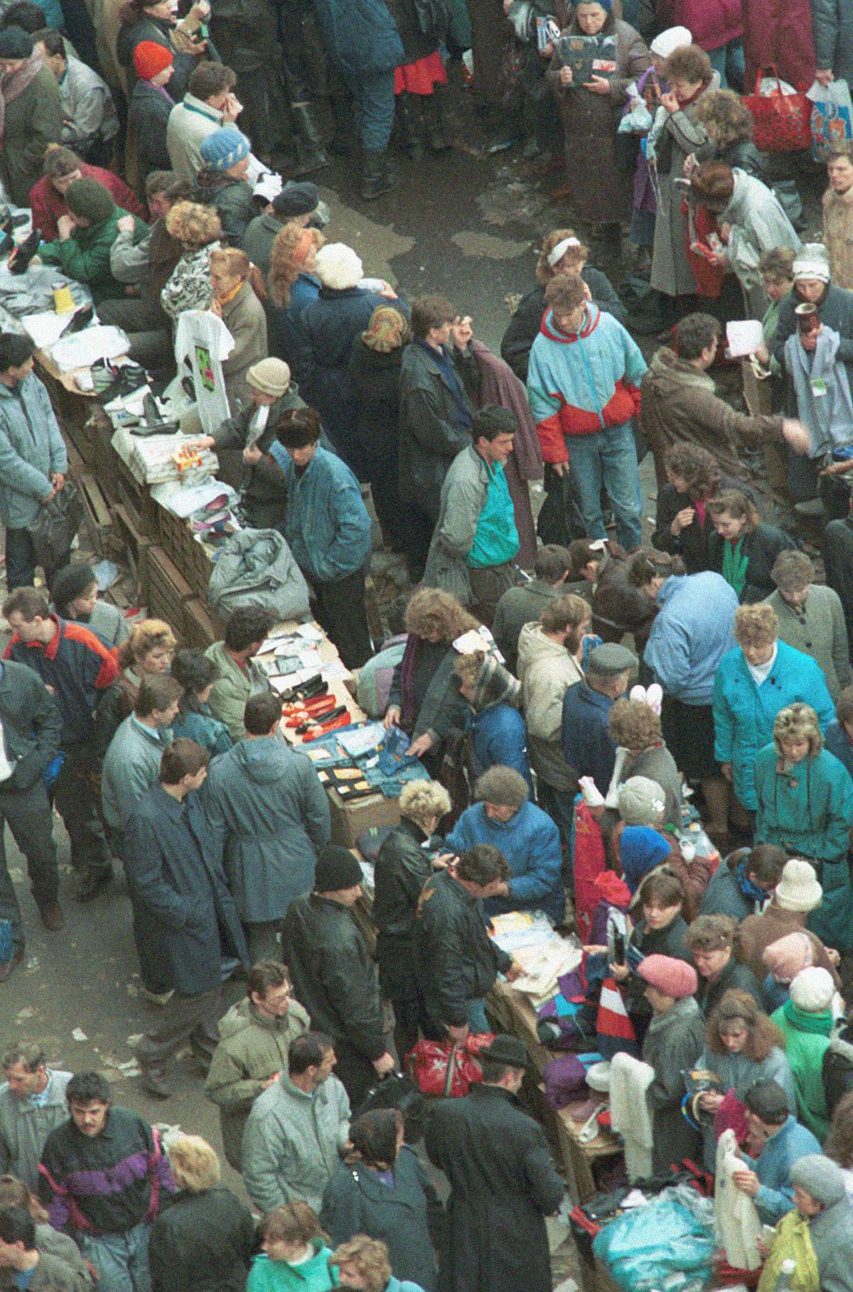 Suasana aktivitas jual beli di lapak-lapak jalanan dekat department store pusat
