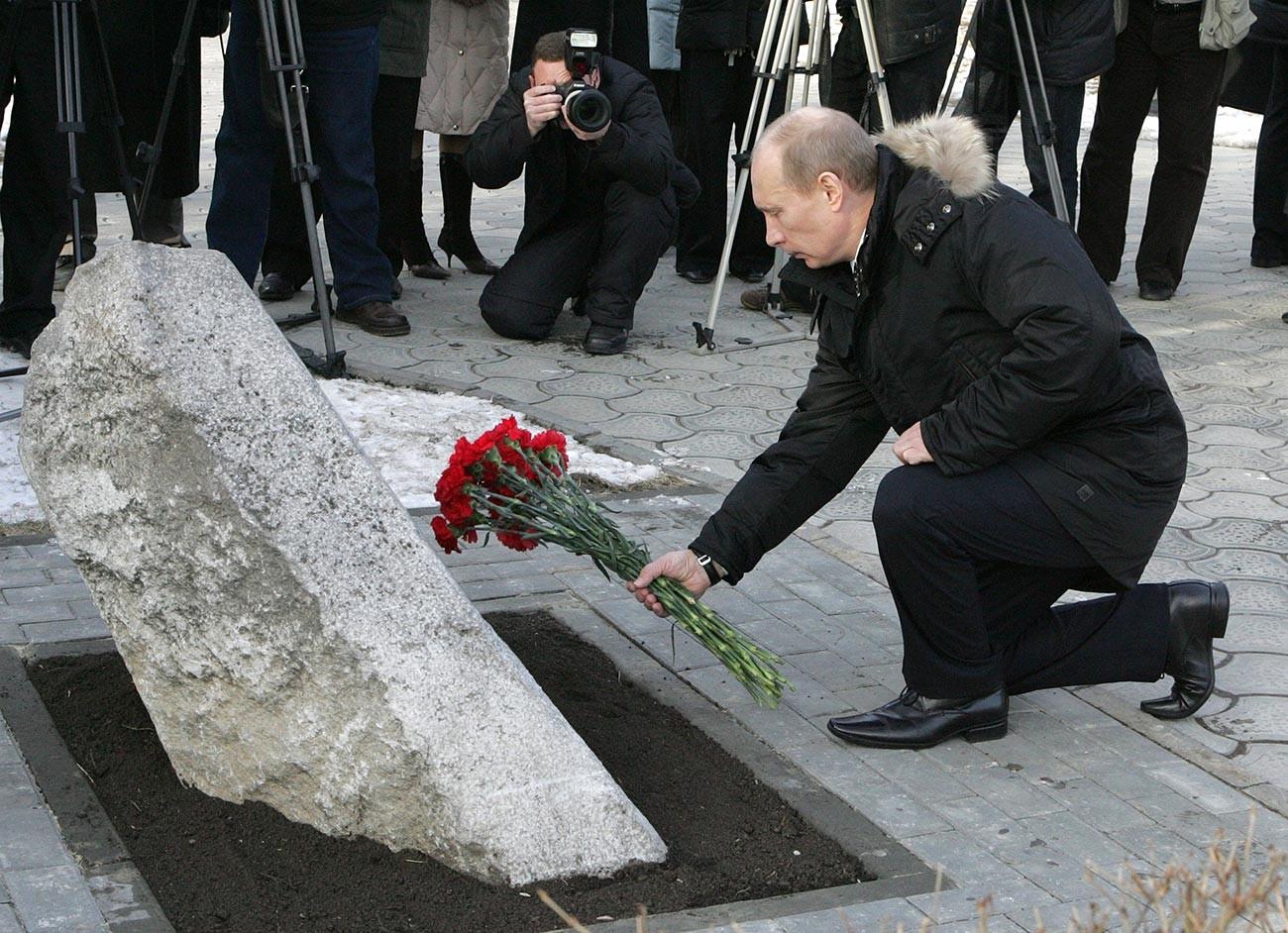 Председник Русије Владимир Путин полаже цвеће испред спомен-камена жртвама догађаја из 1962. године у престоници козаштва. Новочеркаск, 1. фебруар.