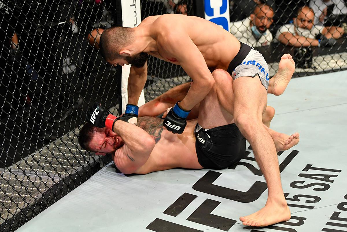 Jamzat Chimaev golpea al galés John Phillips de Gales en su pelea de peso medio en isla Yas, Abu Dhabi, Emiratos Árabes Unidos, el pasado 16 de julio.