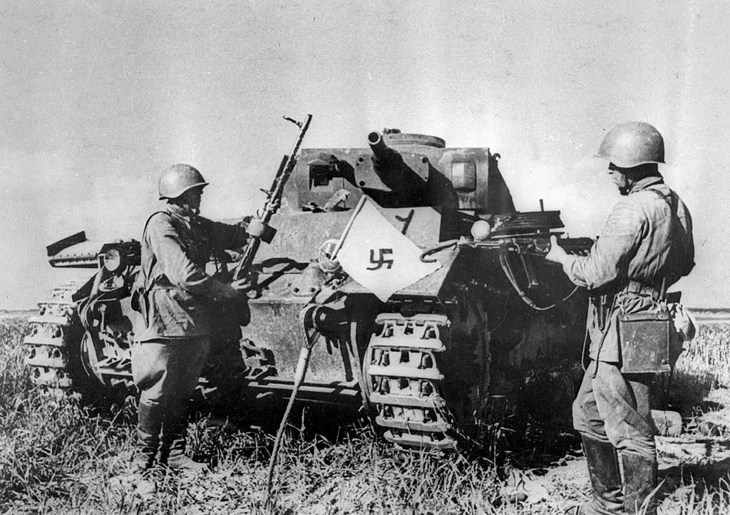 Sovjetska vojaka ob uničenem nemškem tanku, Mogiljev, 1941