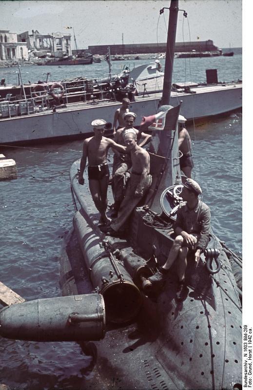 Marinos italianos junto a un submarino enano de la clase CB. Crimea, 1942.