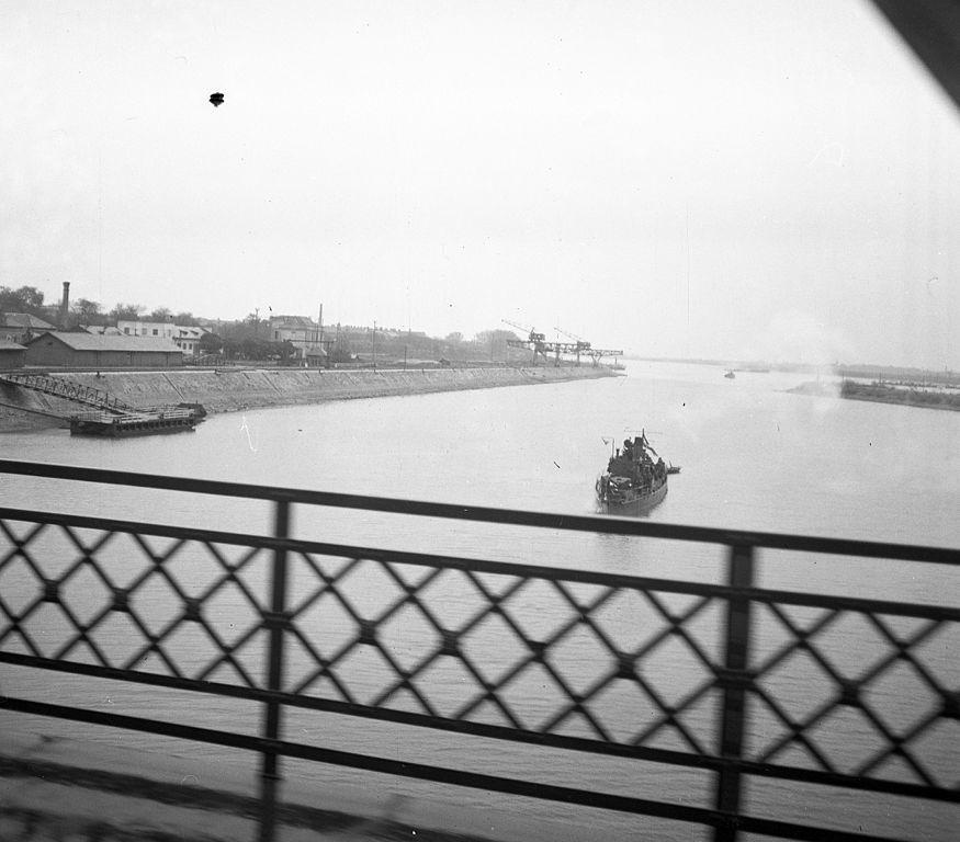 Patrullero fluvial húngaro de la clase Wells se prepara para navegar bajo un puente (1938)