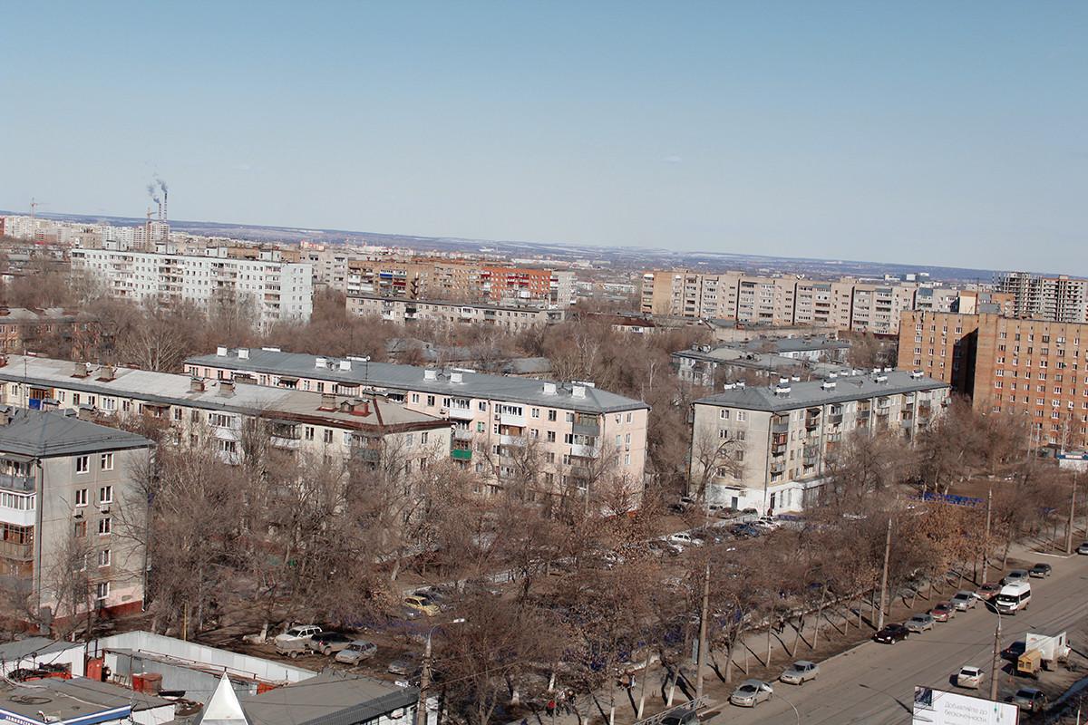 Zgradbe in cesta iz časov Hruščova v ruskem mestu Samara
