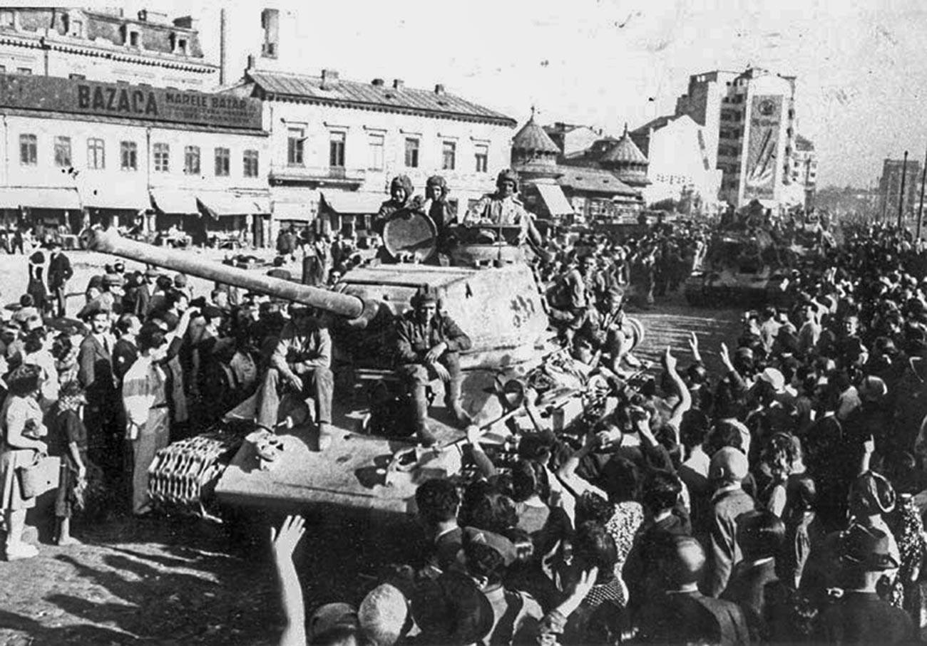 Ljudje pozdravljajo Rdečo armado v Bukarešti, avgust 1944