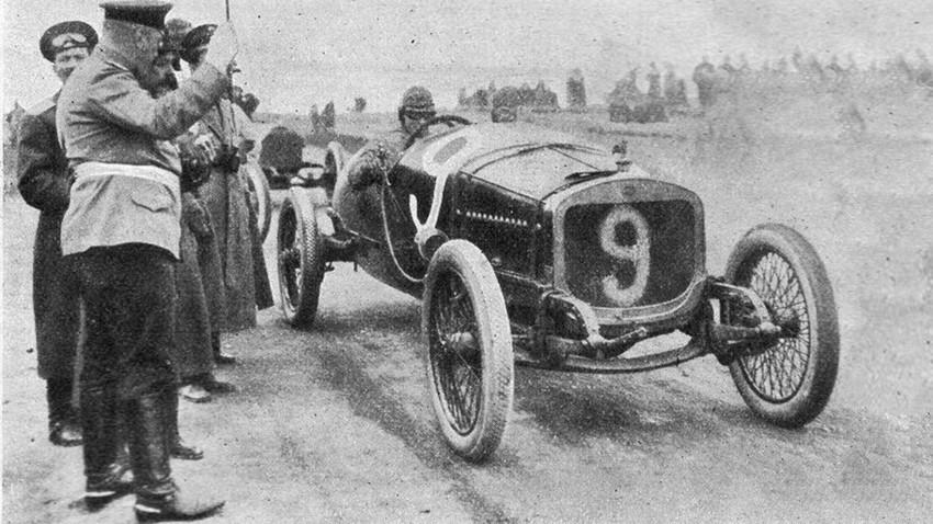 Le coureur russe Ivanov sur la ligne de départ de la course Grand Prix de Russie, en 1913.