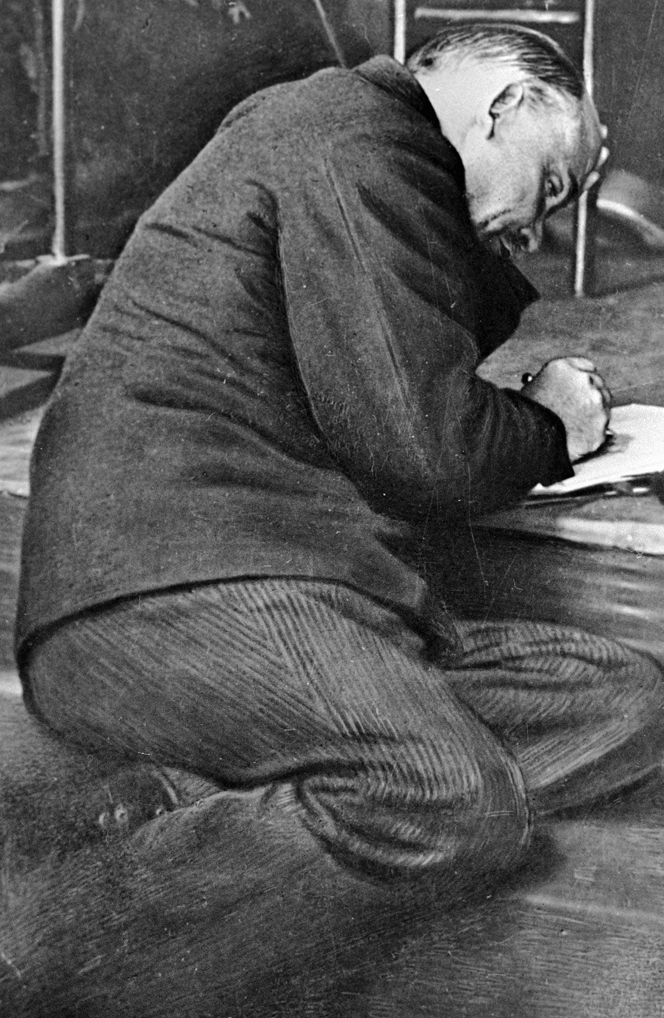 В. И. Лењин нешто записује на степеништу трибине за време заседања III конгреса Коминтерне у бившој Андрејевској дворани Кремља.