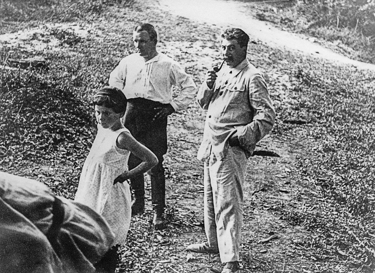 Јосиф Висарионович Стаљин, Сергеј Миронович Киров и Стаљинова ћерка Светлана Алилујева. 1930-е.