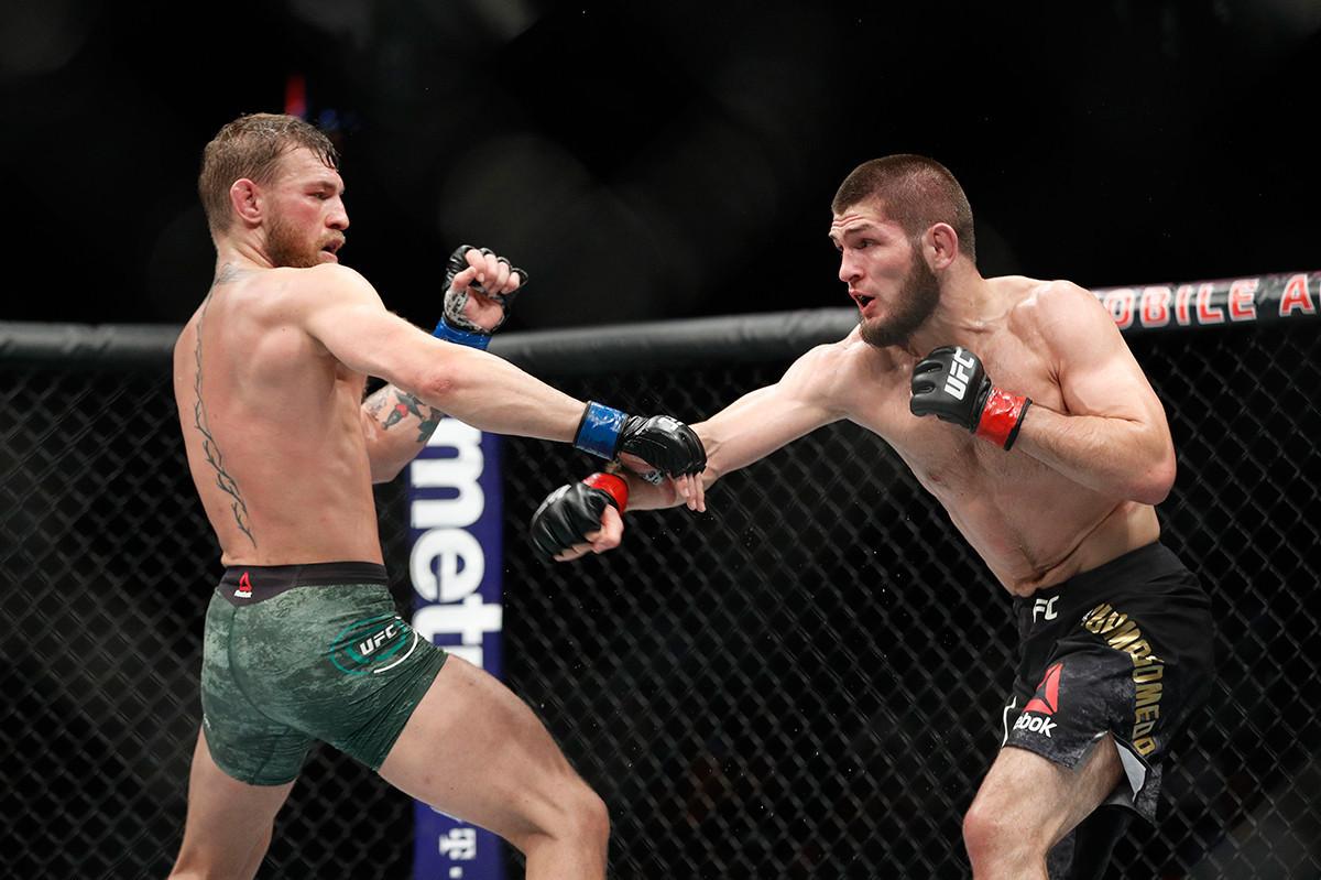 Конор Мекгрегор (лево) во мечот против Хабиб Нурмагомедов, UFC-229, сабота 6 октомври 2018, Лас Вегас.