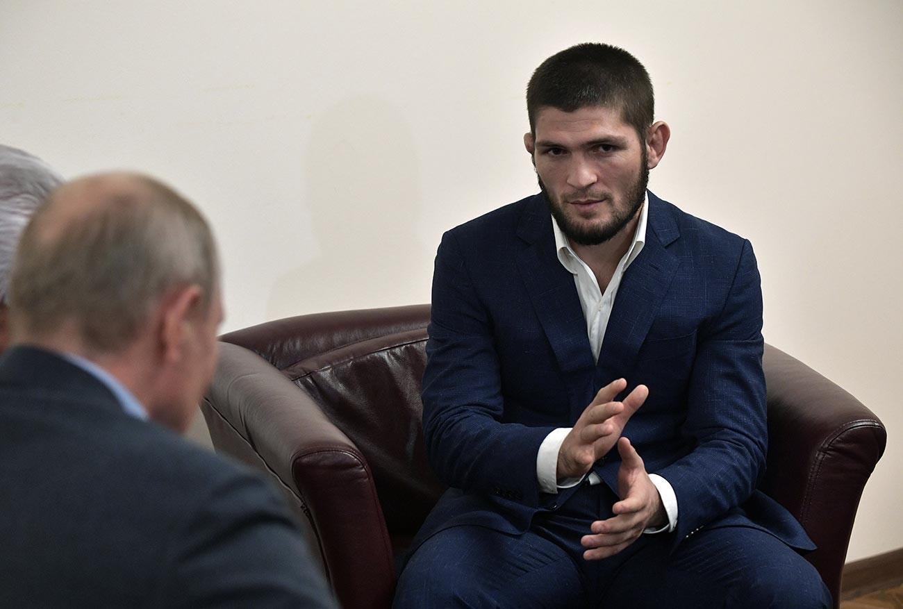 Шампионот на UFC во лесна категорија Хабиб Нурмагомедов во текот на средбата со претседателот на РФ Владимир Путин на аеродромот во Махачкала, 12 септември 2019.