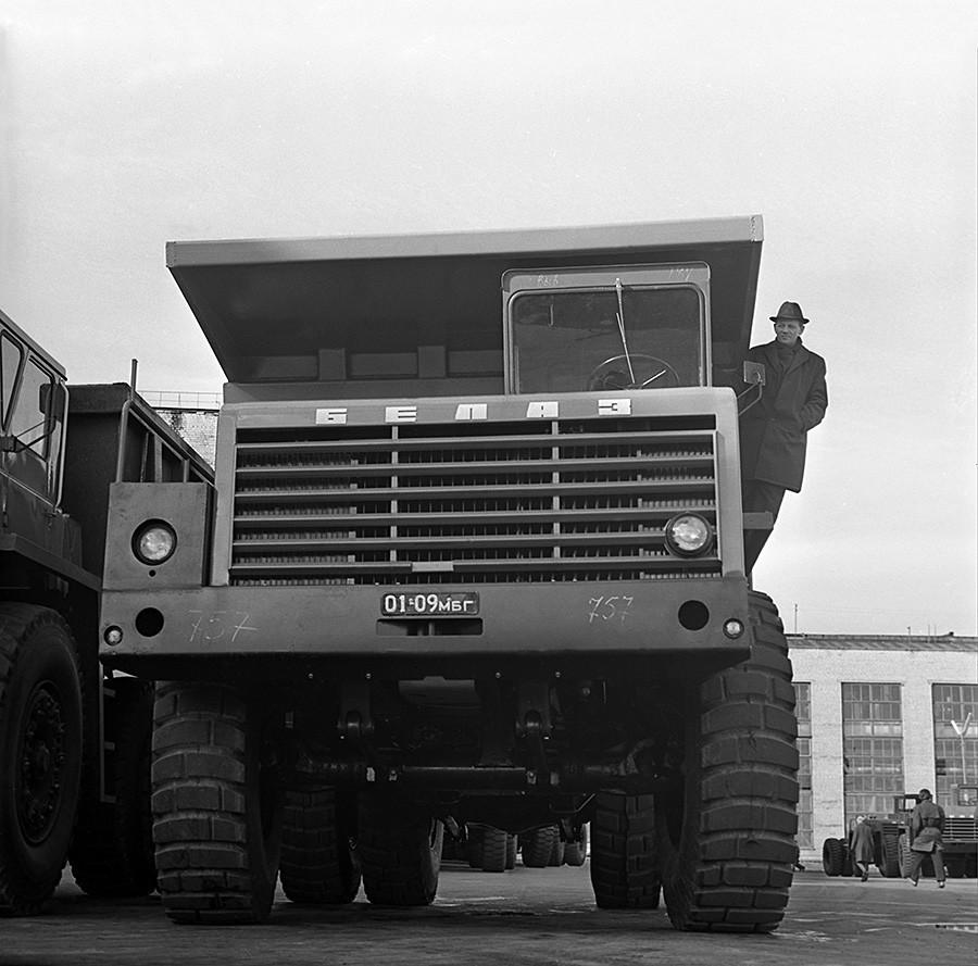 El camión de gran tonelaje BelAZ-548, fabricado por la Fábrica de Automóviles de Belarús.