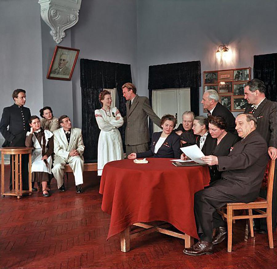 Observando a jóvenes artistas en el Teatro Dramático Bielorruso Yanka Kupala, 1953