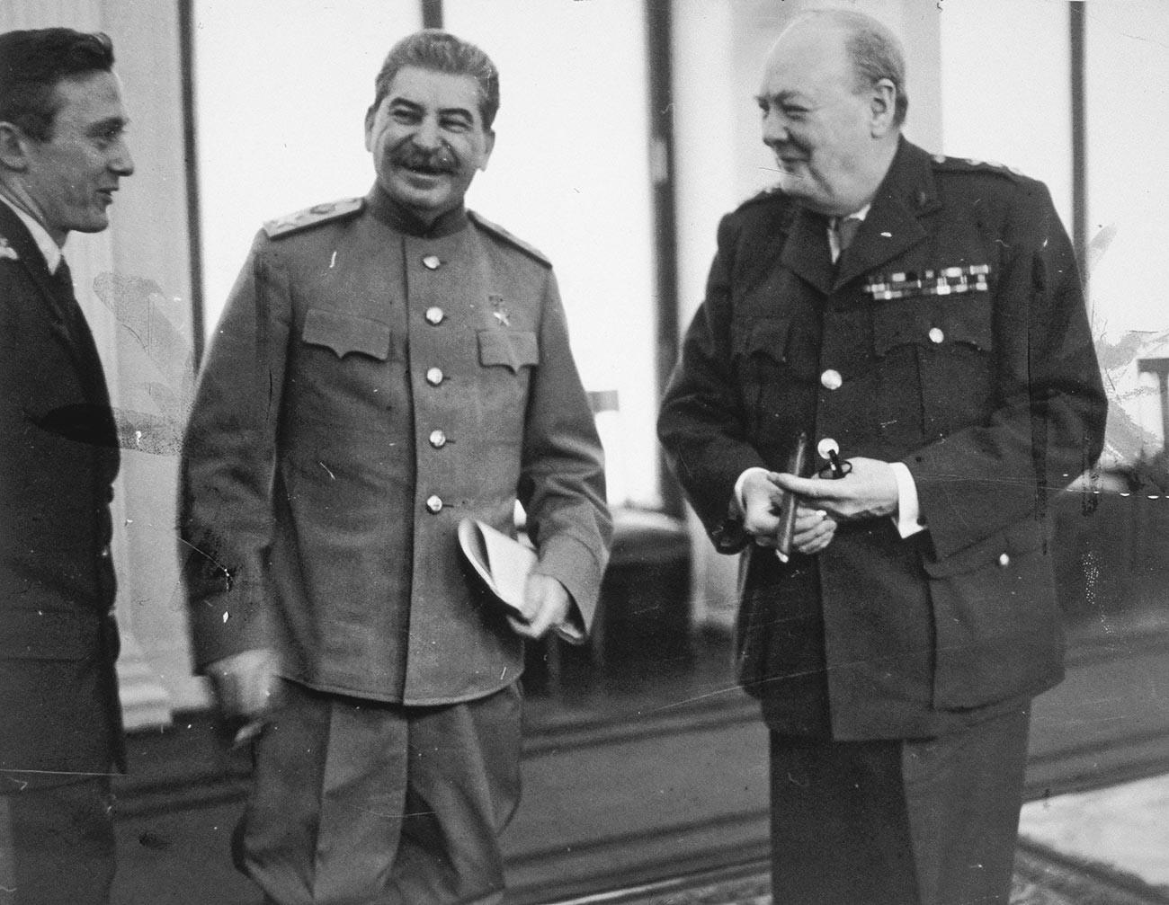 Конференция на трите световни сили в Ливадийския фворец, Ялта. Сталин и Чърчил в конферентната зала.