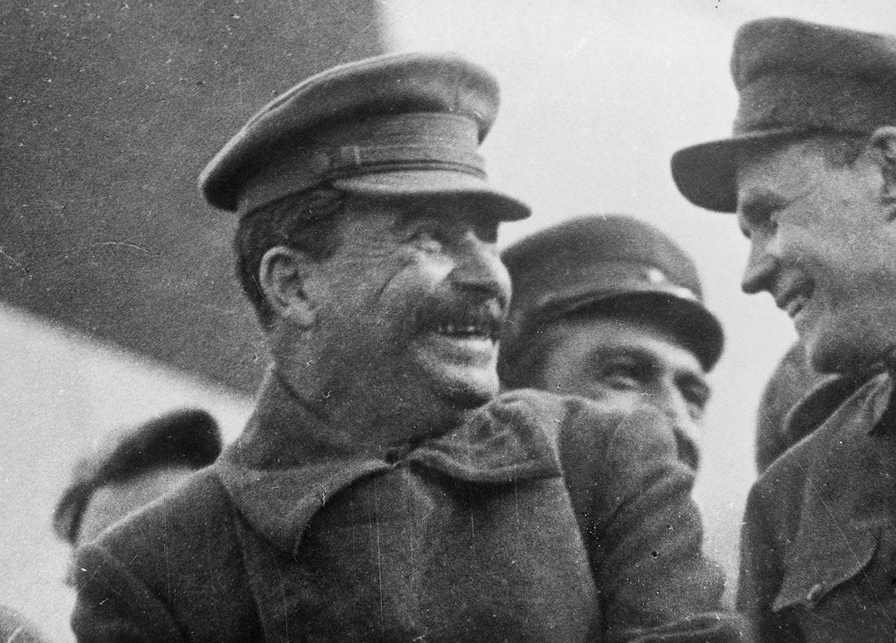 Генералният секретар на Съветската комунистическа партия Йосиф Сталин (1878-1953) на трибуна по време на парада на работниците.