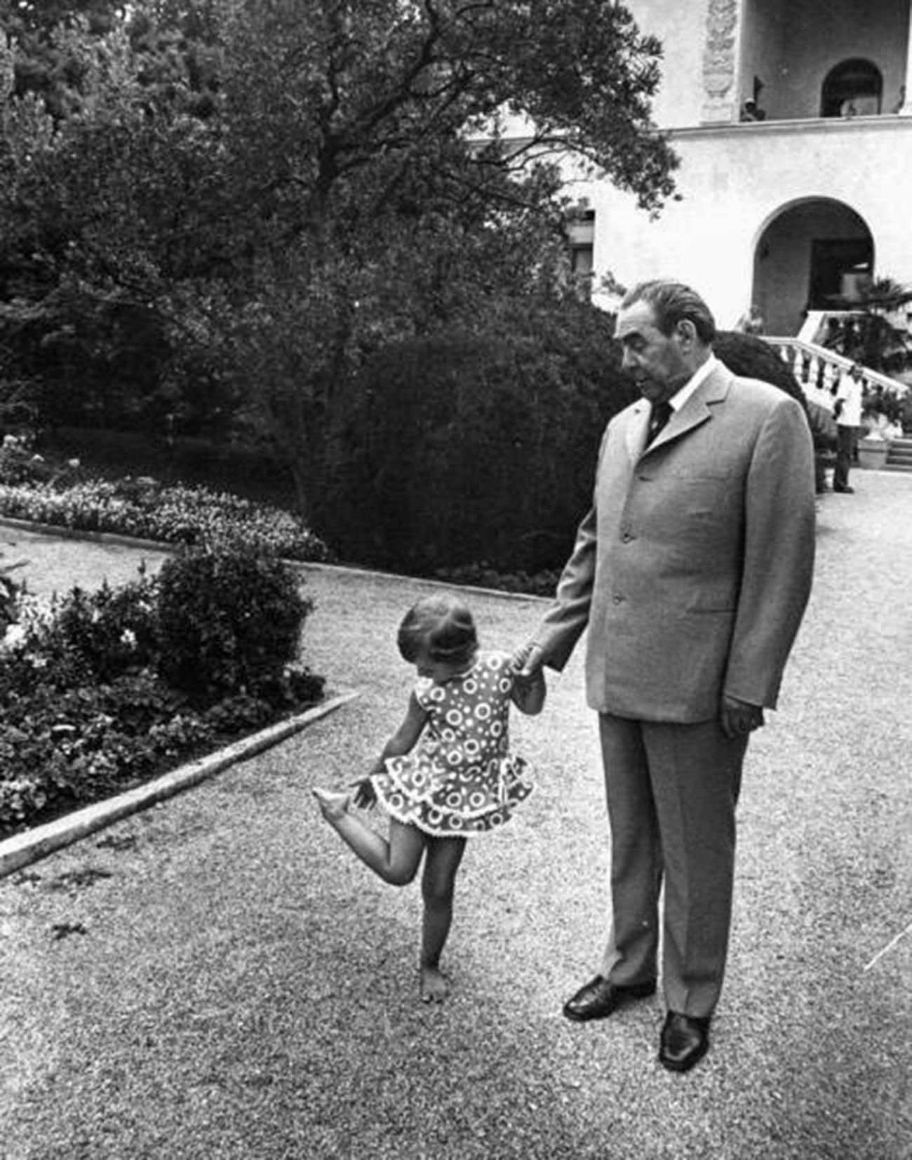 Леонид Брежнев с правнучката си Галя.