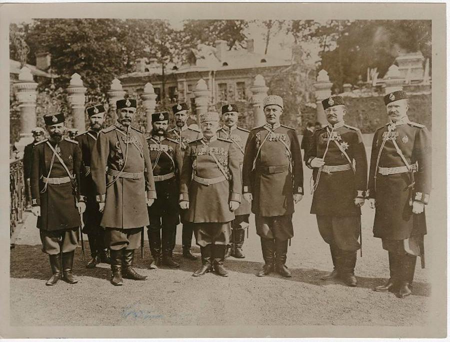 Policiers près de la clôture du jardin Michel, à Saint-Pétersbourg, 1907