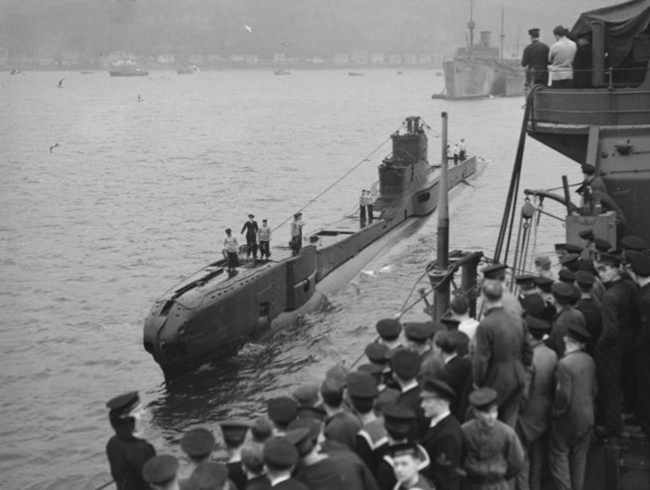"""Повратак британске подморнице """"Трајдент"""" (HMS Trident, N52) класе """"Т"""" из борбеног похода на базу у заливу Холи Лох."""