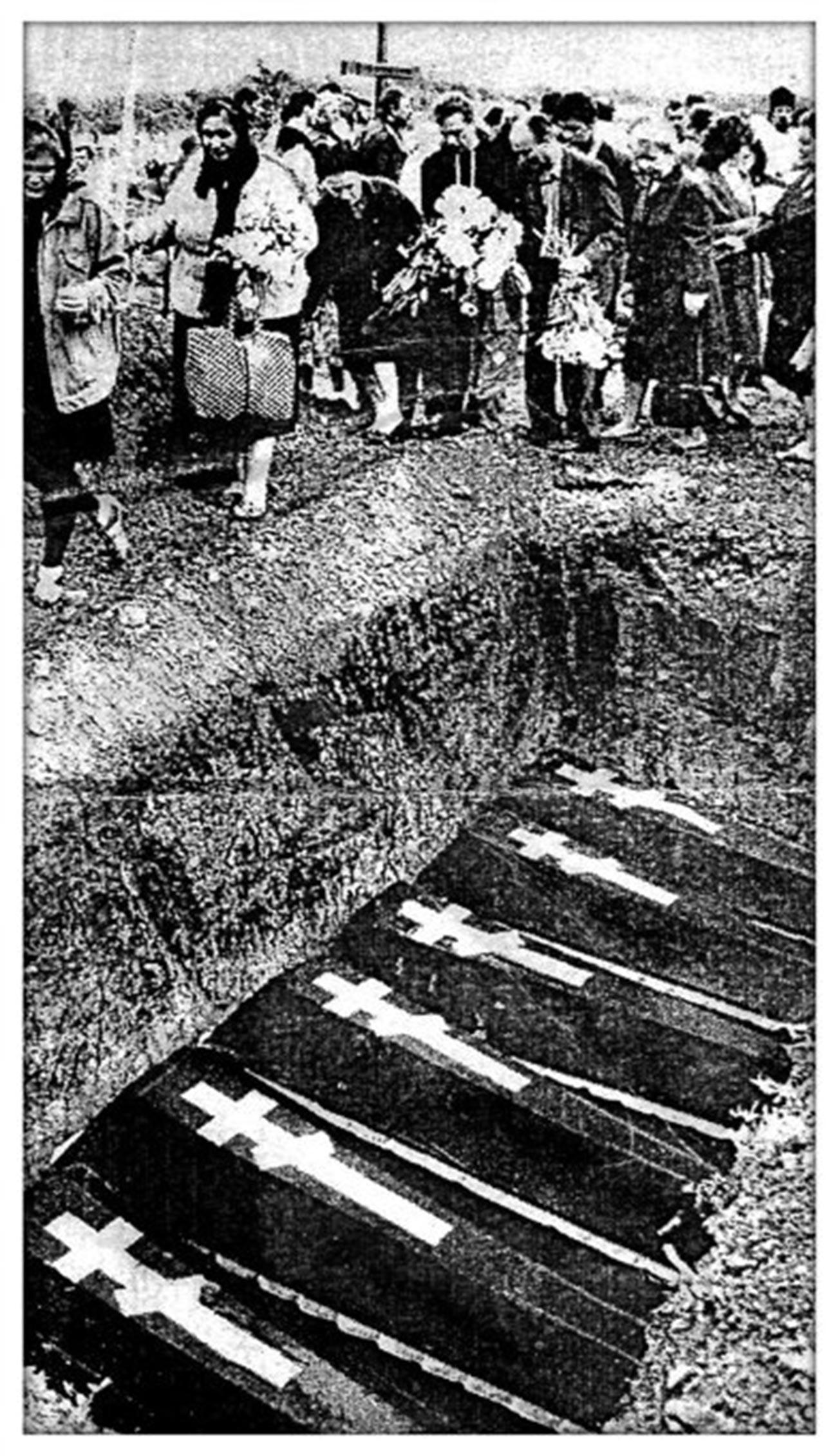 Enterro simbólico das vítimas do massacre de 1962 em um cemitério em Novotcherkassk, em 1994