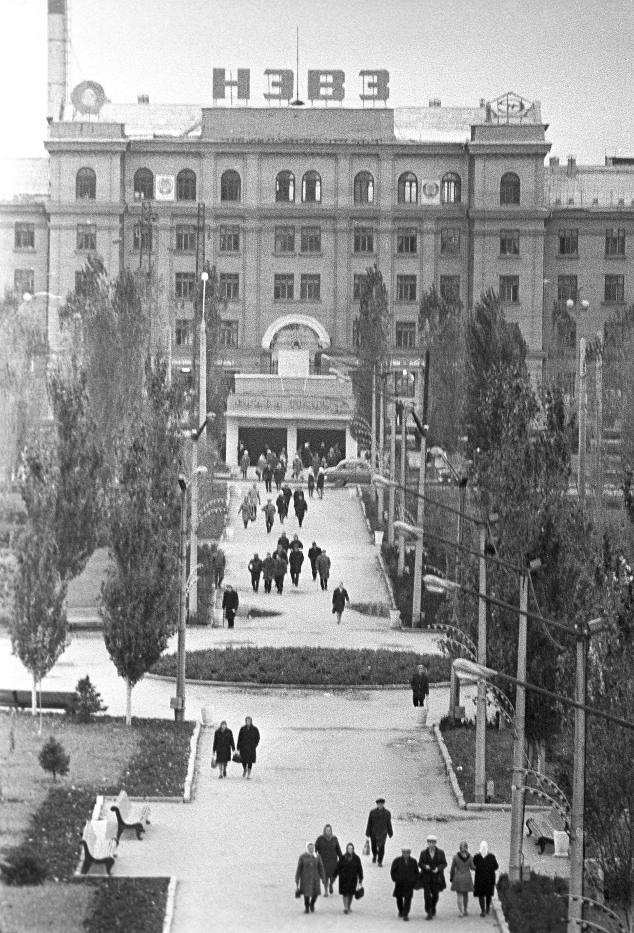 Edifício principal da Fábrica de Construção de Locomotivas Elétricas de Novotcherkassk, e parque onde iniciou o tumulto