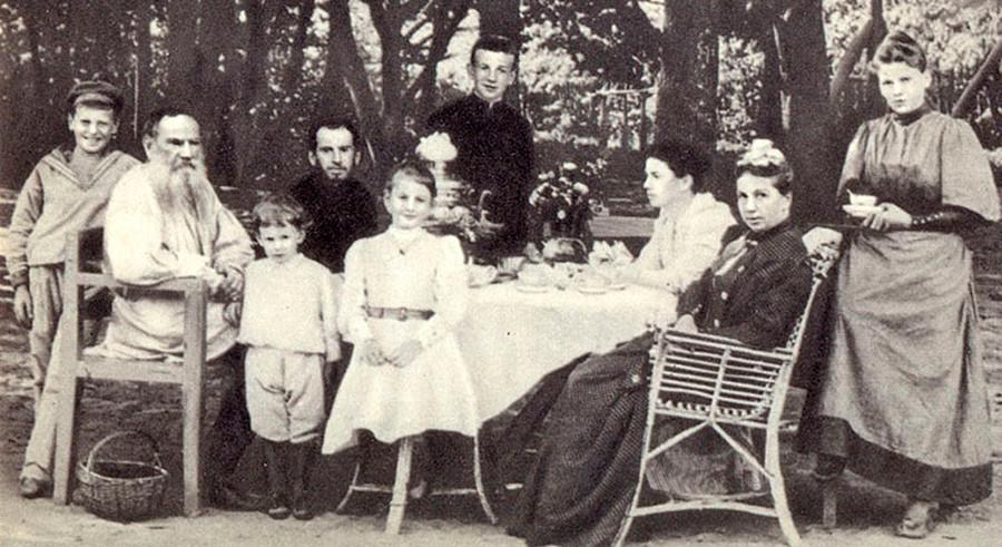 Lev Tolstói  com sua família tomando chá em um parque, em 1892.
