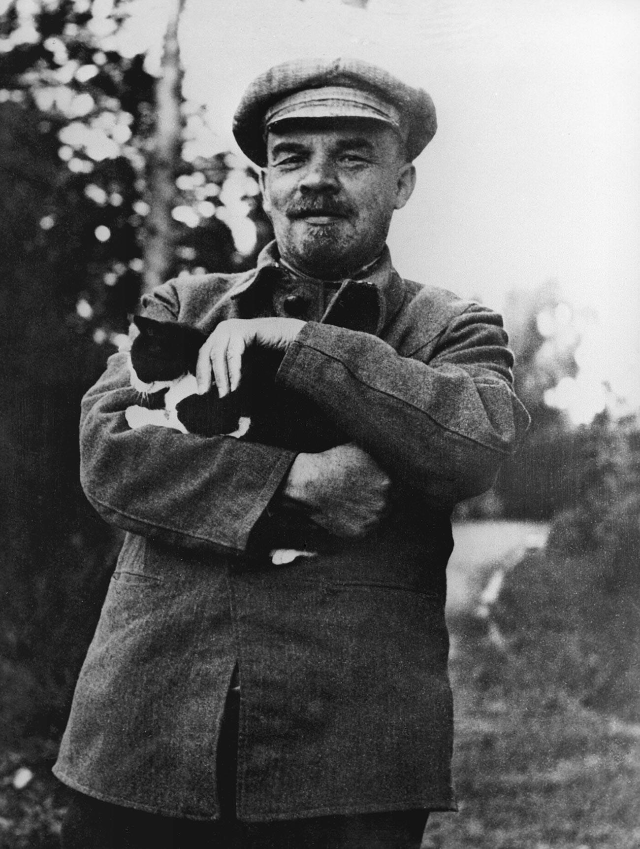 Vladimir Ilitch Lénine dans les environs du manoir de Gorki, où il a passé les dernières années de sa vie.