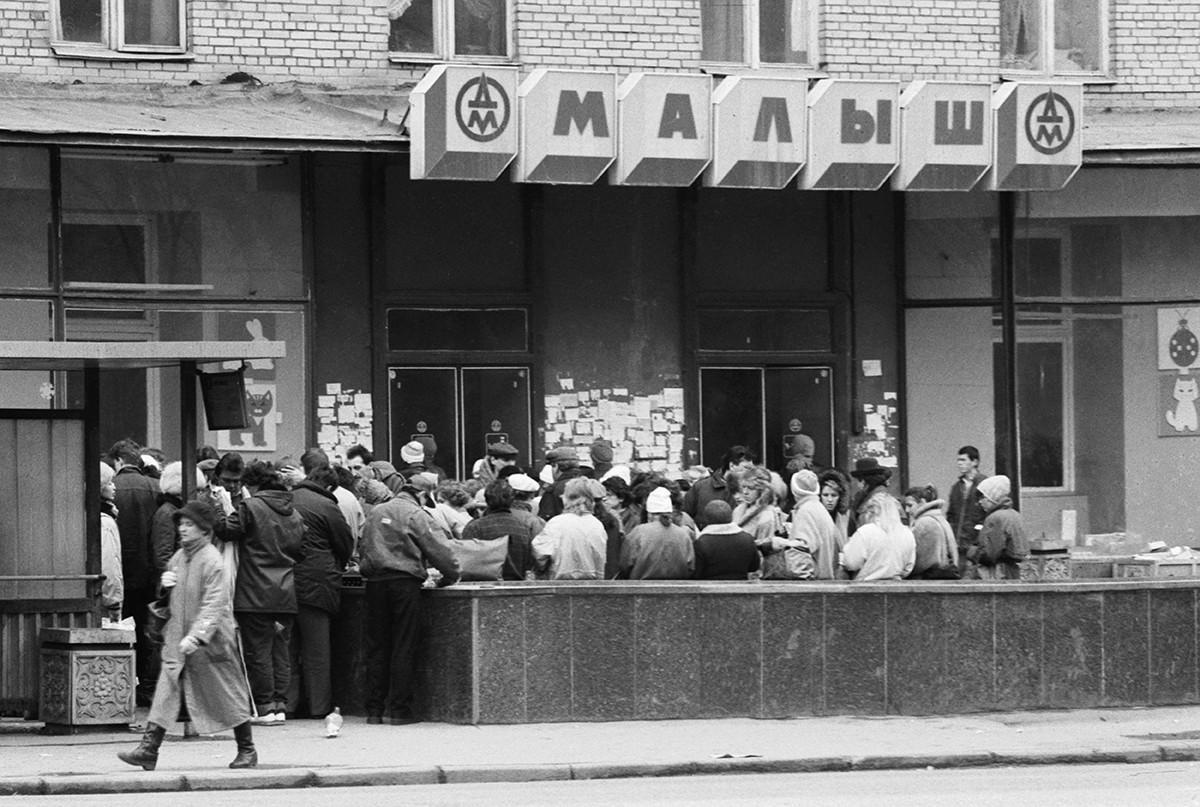 Gente in fila per fare acquisti