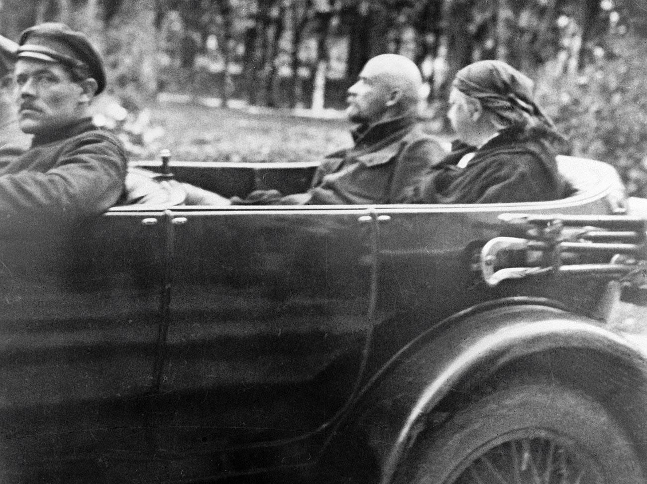 ウラジーミル・レーニンとナデジダ・クルプスカヤが車に乗っている