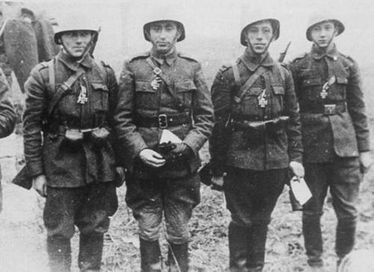 Soldados de la octava brigada de caballería después de recibir la Cruz de Hierro. Crimea, 7 de enero de 1942.