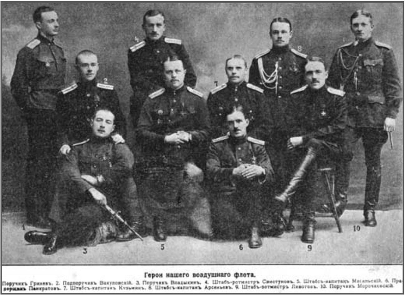 Ein Foto von russischen Heldenpiloten. Onisim Pankratow ist in der ersten Reihe (Mitte) zu sehen, sitzend auf dem Boden.