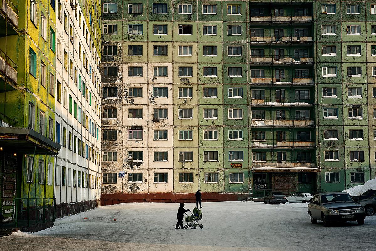 Los edificios en Norilsk están situados muy cerca los unos de los otros para prevenir los fuertes vientos en los barrios residenciales de la ciudad.