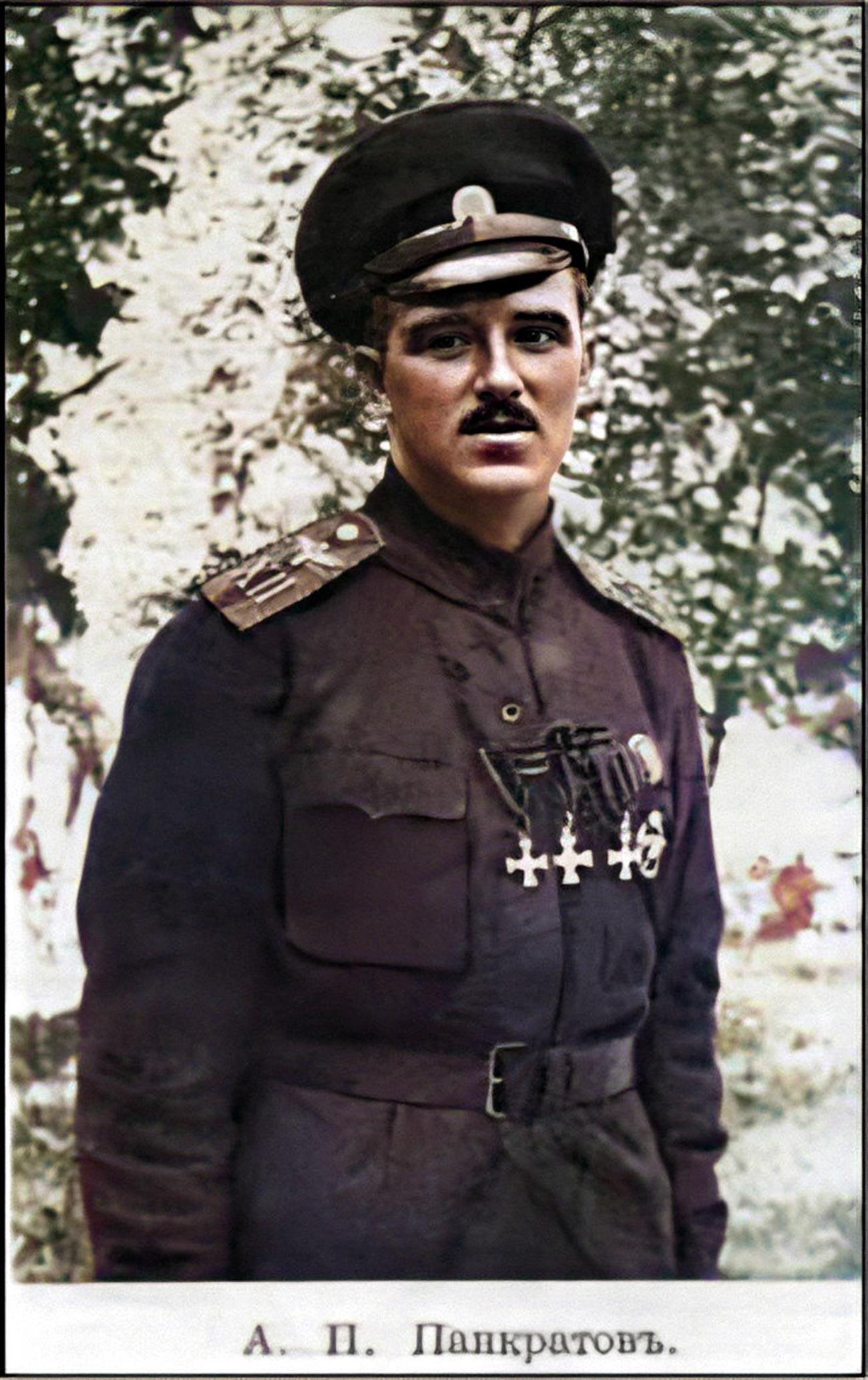 Онисим Панкратов в униформе 12го корпусного авиаотряда, с тремя Георгиевскими солдатскими крестами на груди